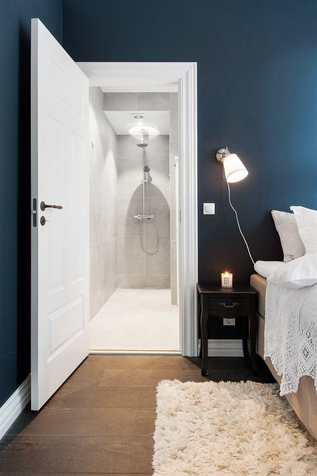 спальня кровать прикроватный столик светильник дверь в душевую