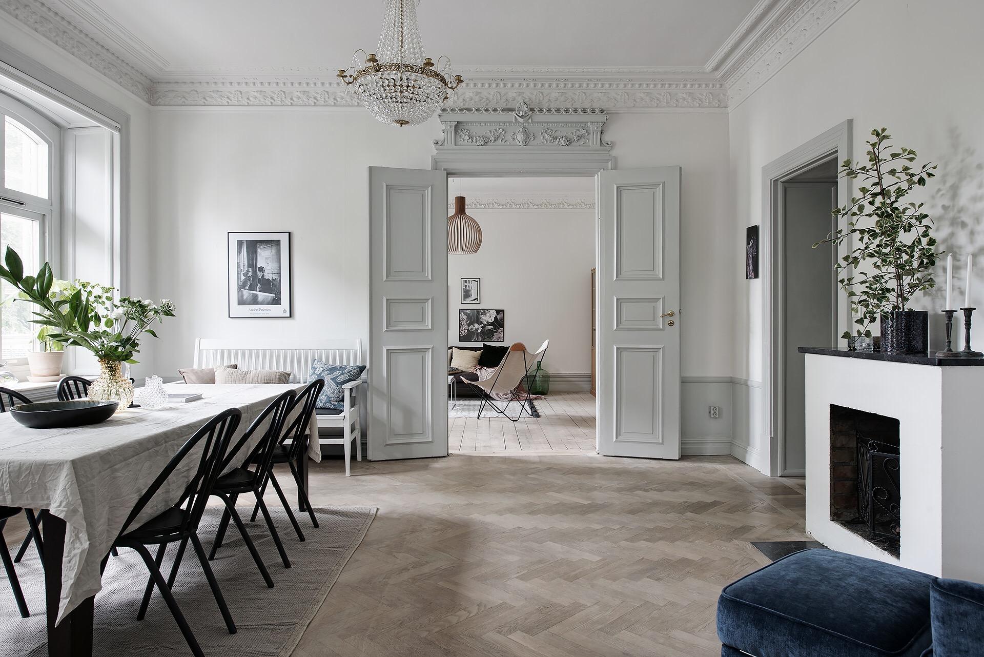 гостиная высокий потолок лепнина люстра паркет распашные двери наличник камин