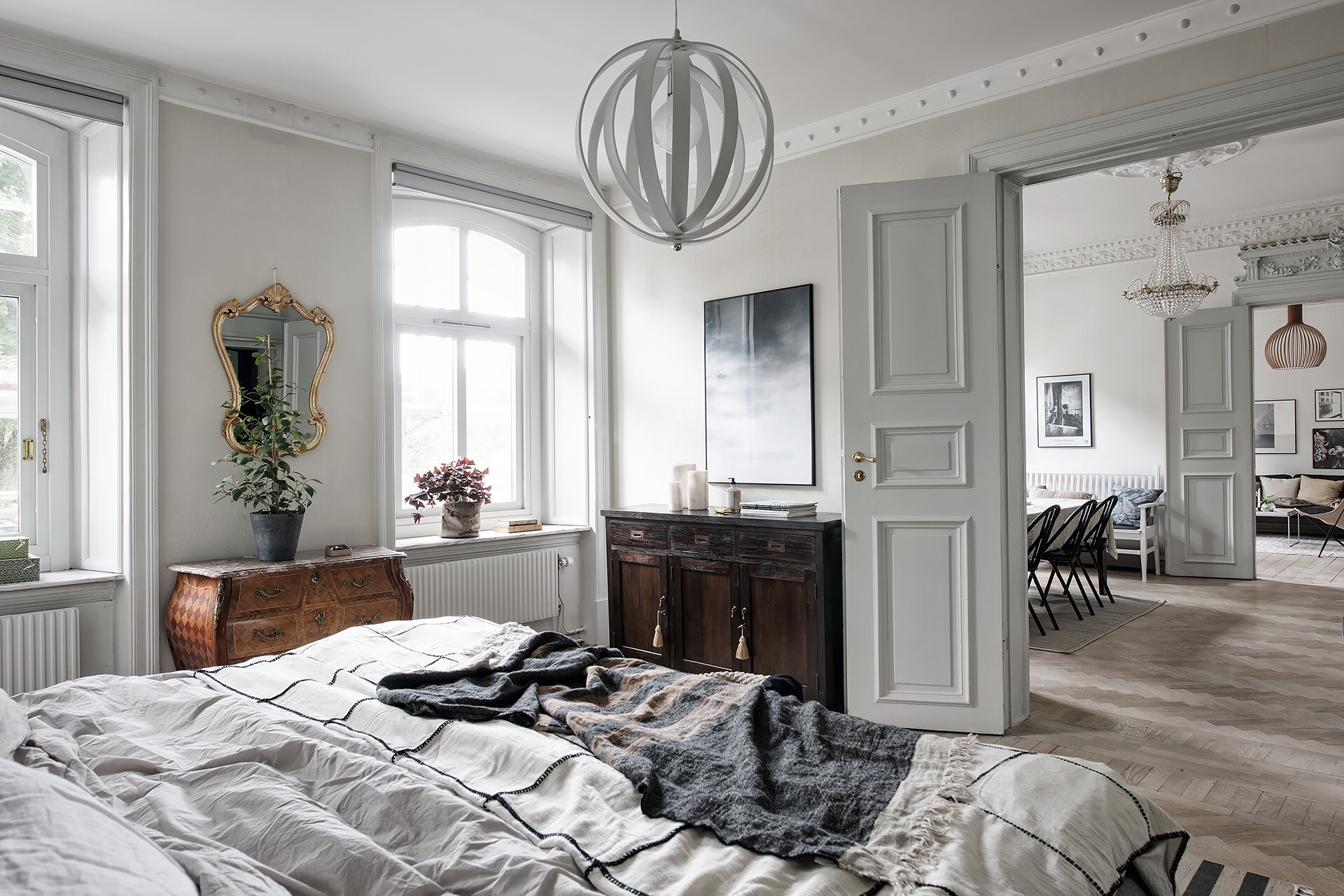 спальня кровать комод окно лампа