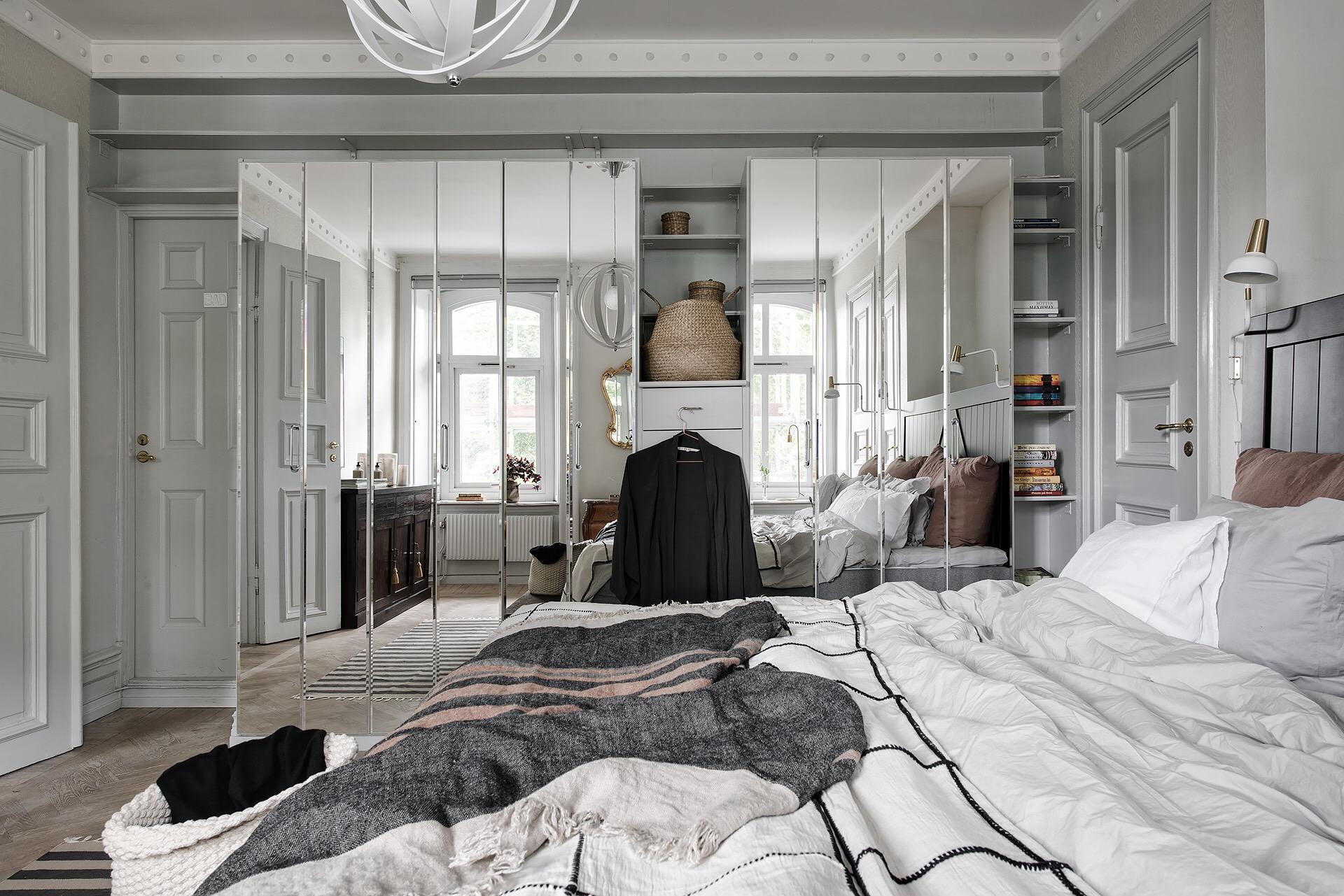 спальня ниша полки зеркальный шкаф кровать