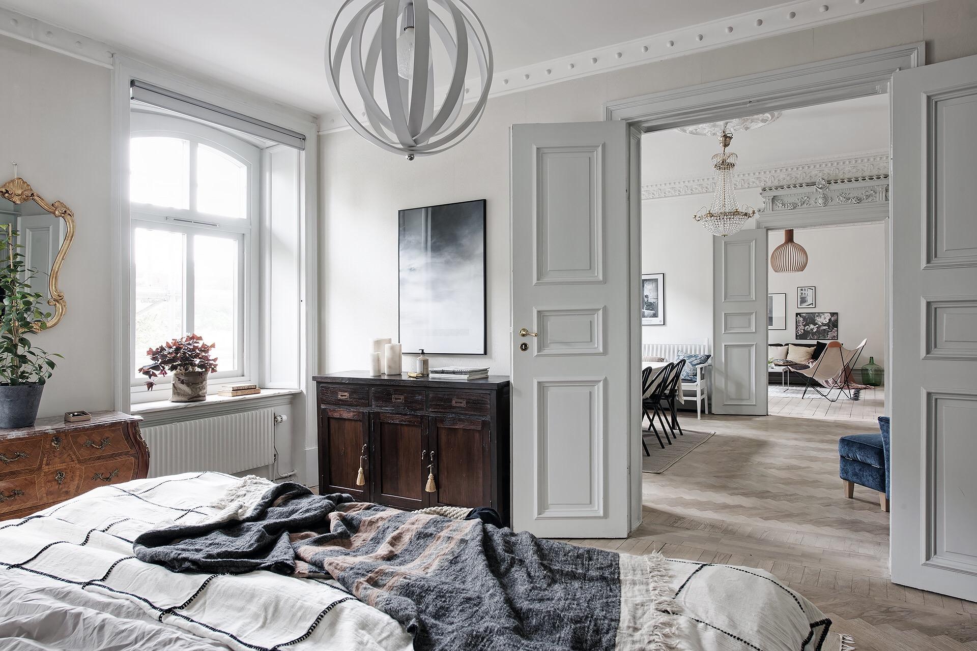 спальня кровать окно комод дверь потолок карниз лепнина