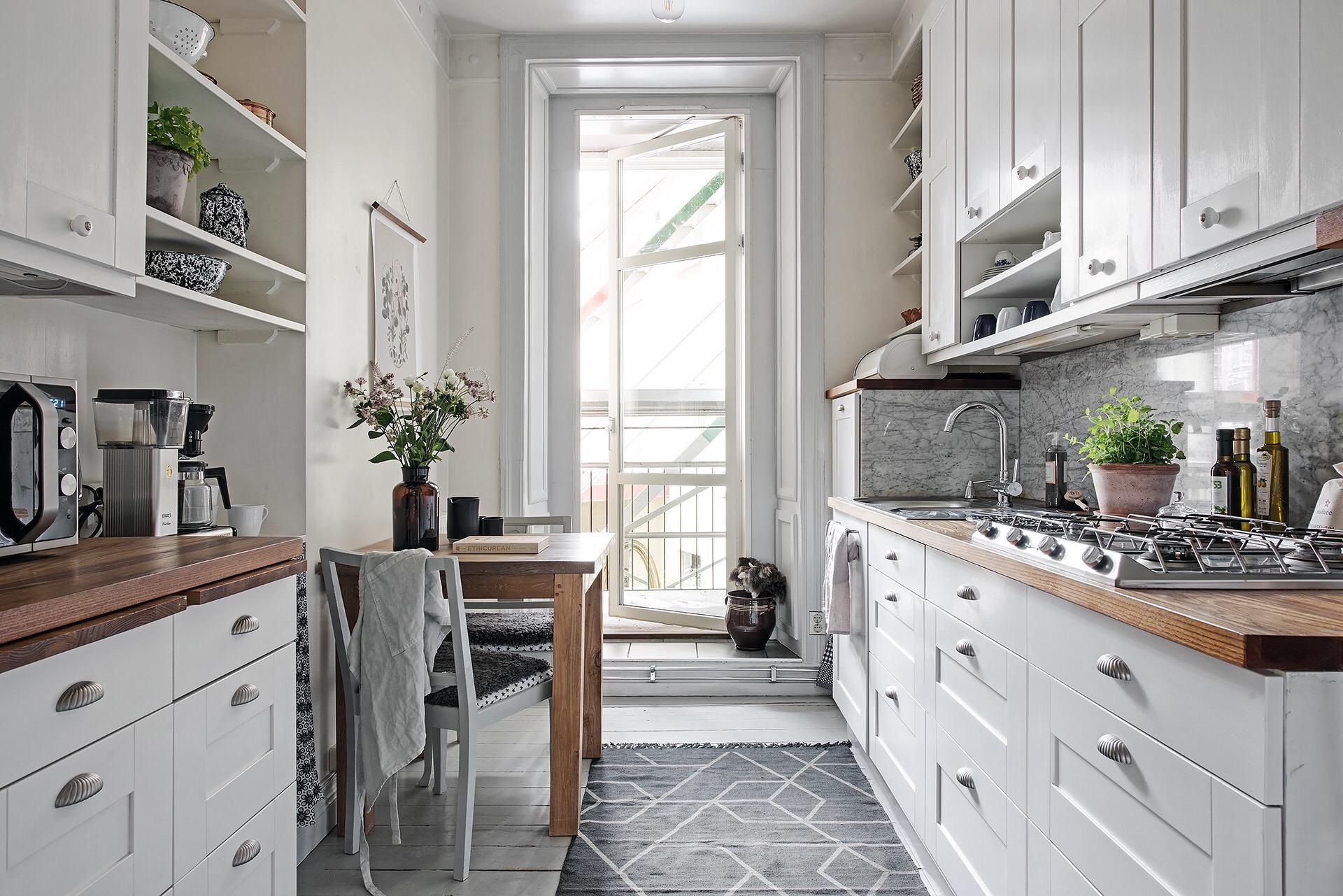 белая кухня балкон столешница мойка смеситель обеденный стол