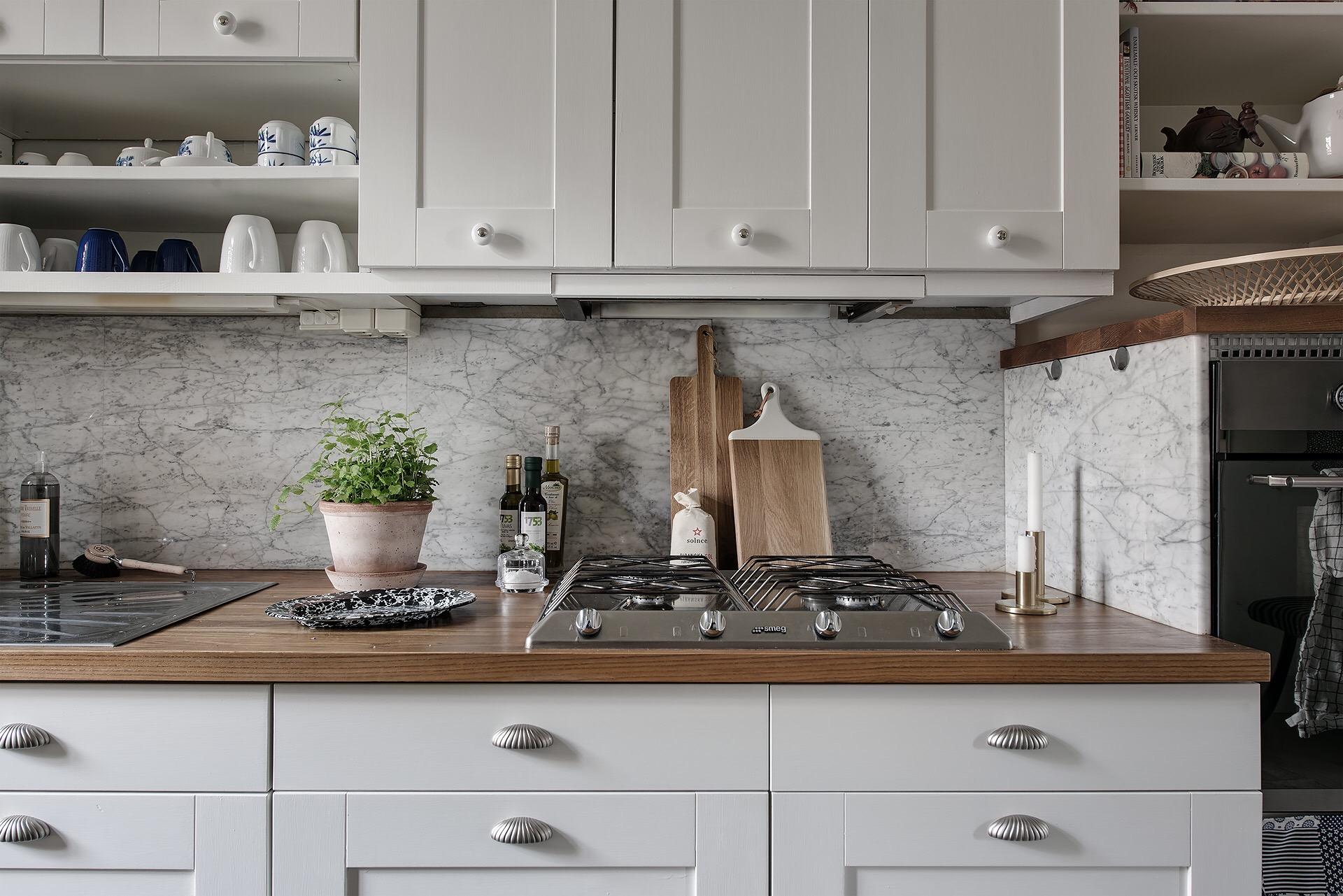 кухня столешница фартук мрамор плита встроенная вытяжка
