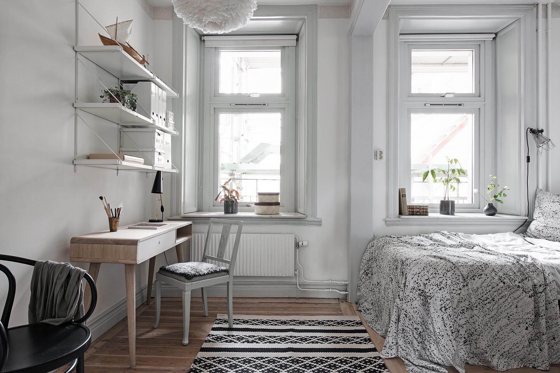 детская комната кровать окно стол полки