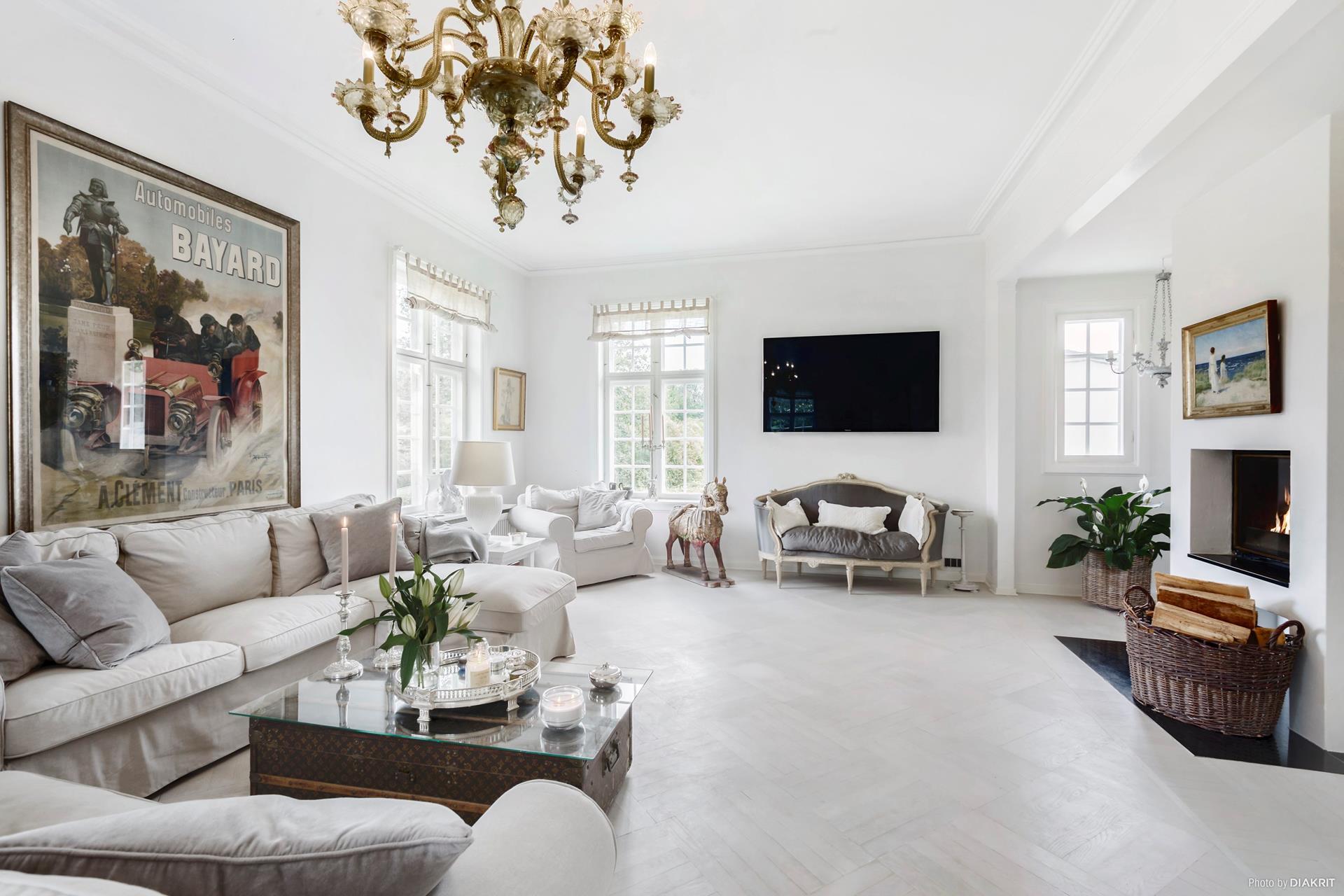 гостиная мягкая мебель кушетка телевизор камин корзина окно люстра