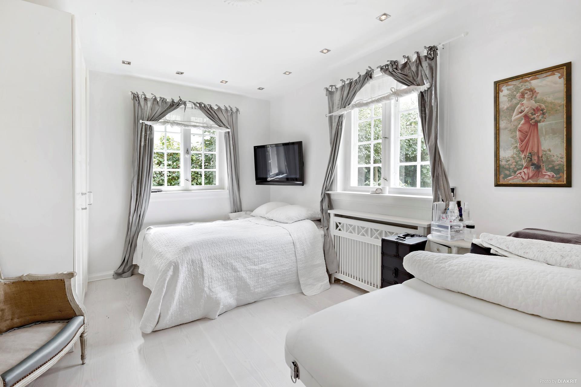 спальня кровати окно шторы телевизор эсмеситель радиатора