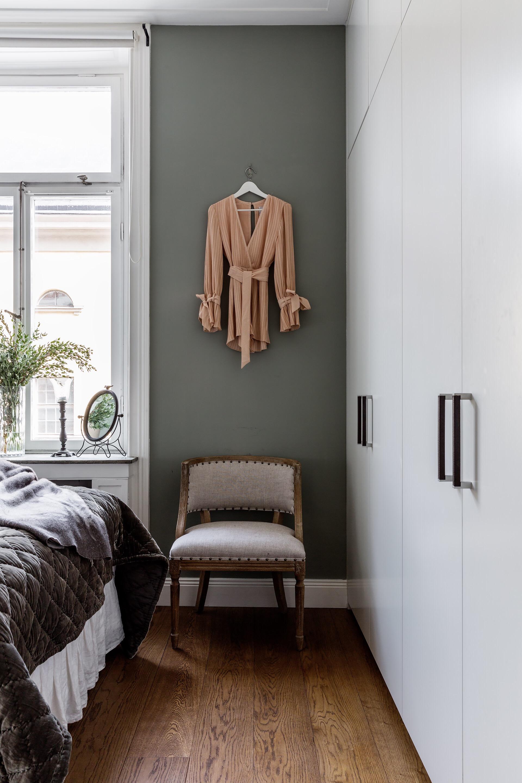 спальня серые стены кровать высокий шкаф