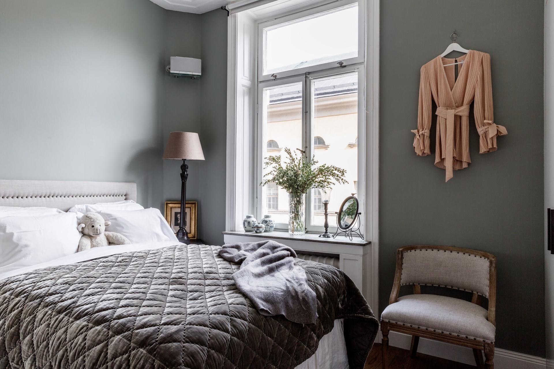 спальня кровать изголовье прикроватные столики лампа лкно