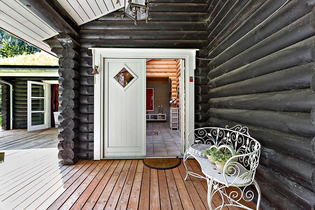 деревянный дом входная дверь кованая скамейка