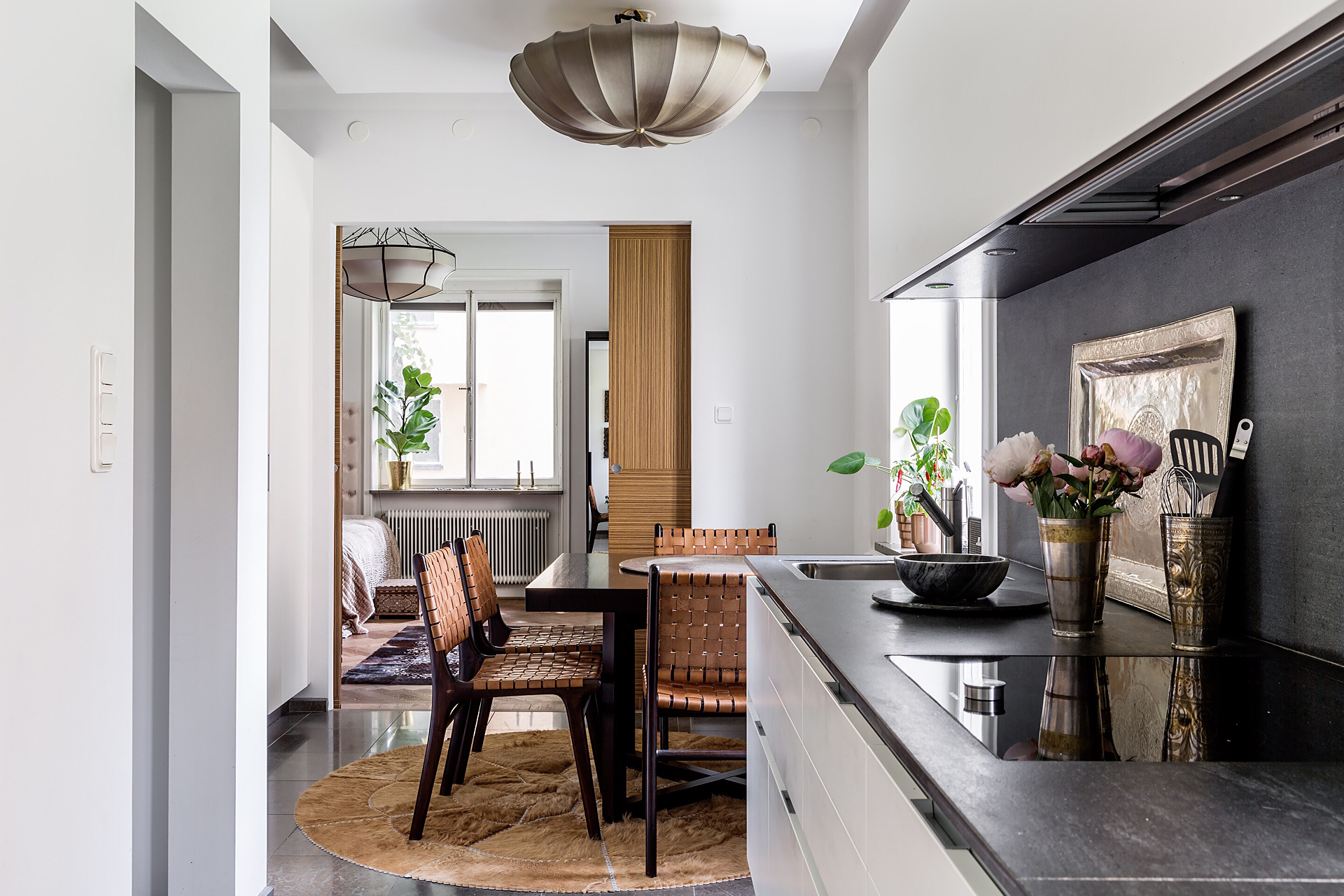 белая кухня обеденный стол стулья раздвижные двери