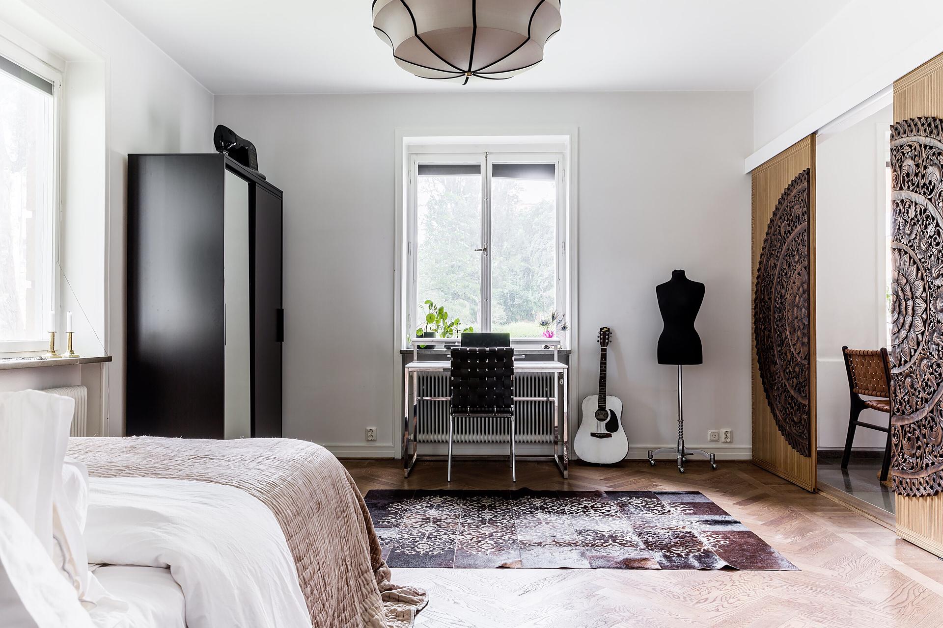 спальня кровать окно шкаф рабочее место гитара раздвижные двери