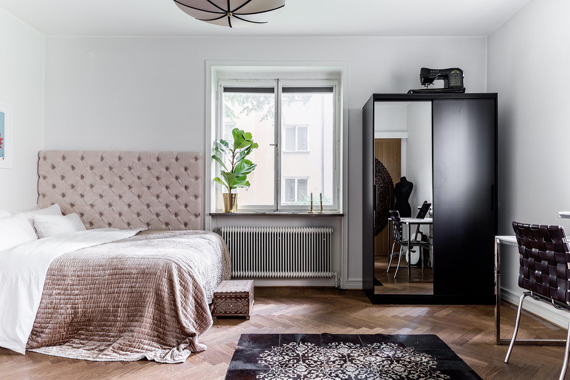 спальня кровать изголовье окно паркет ковер шкаф швейная машинка
