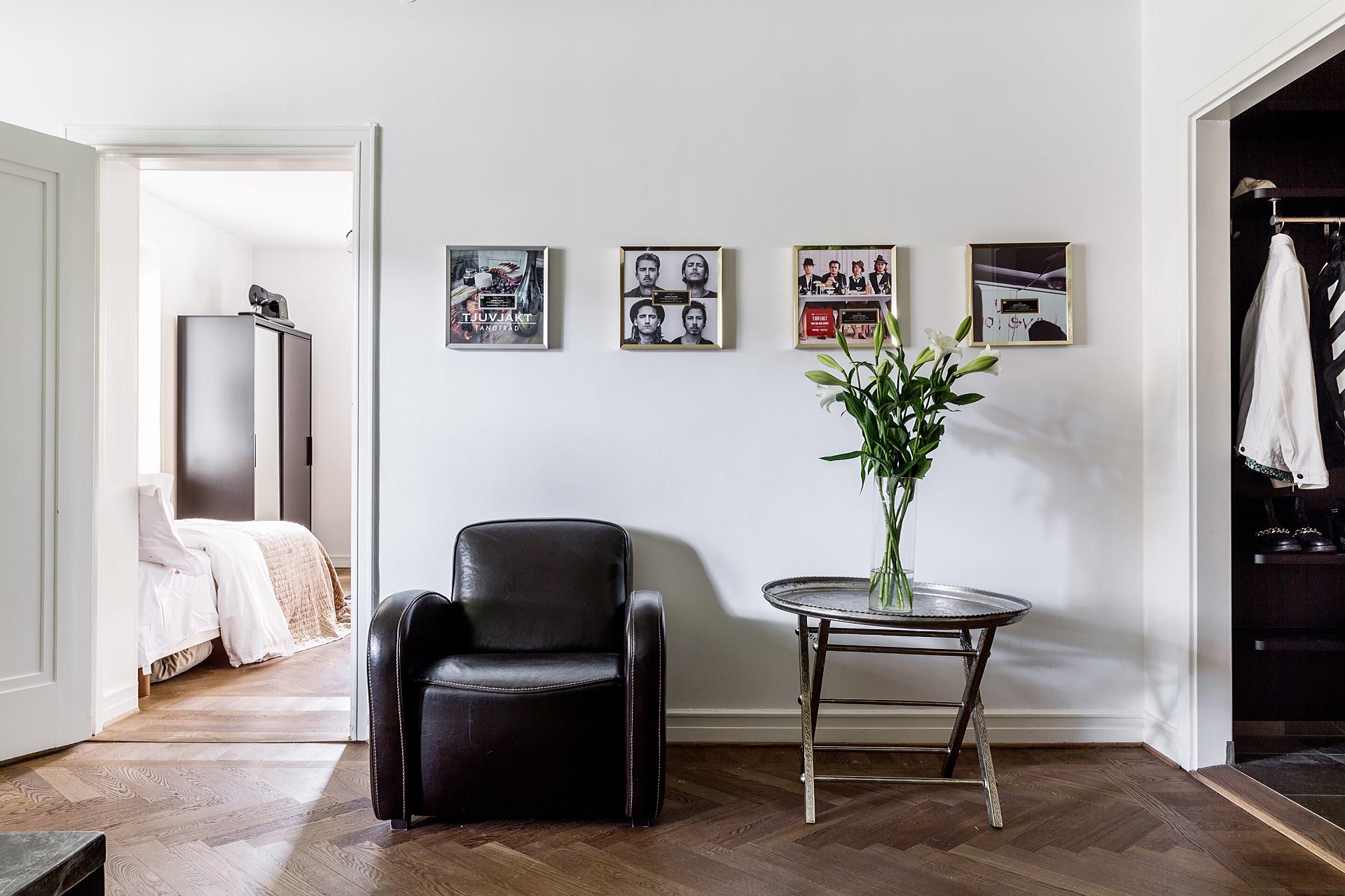 гостиная кресло столик ваза цветы картинки белые стены