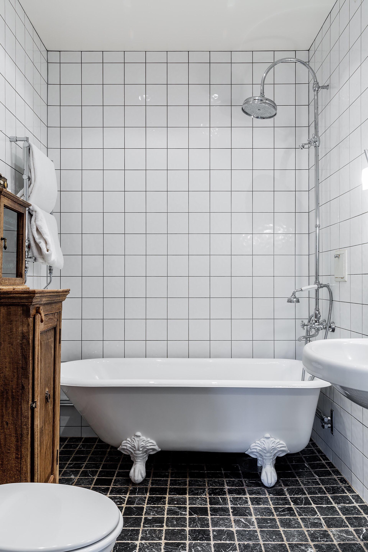 ванная комната ванна душ раковина смеситель комод полотенцесушитель