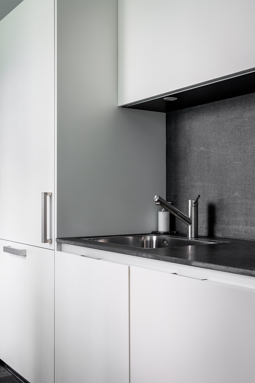 белая кухня серая столешница мойка смеситель шкаф кухонная подсветка