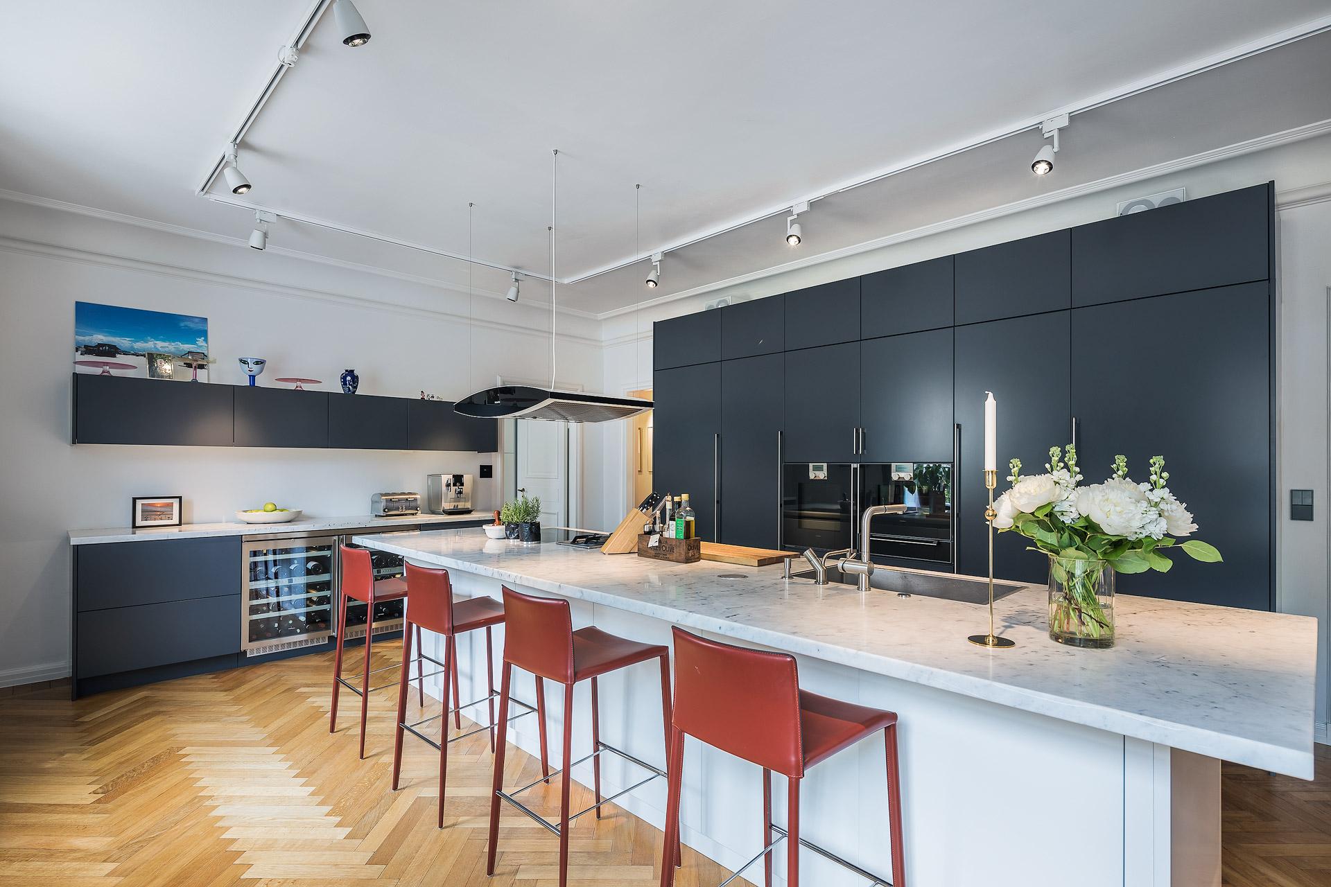 кухня кухонный остров белые стены светлый пол паркет