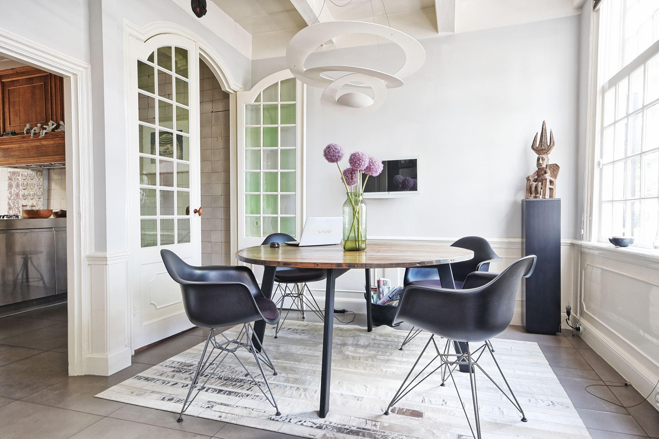 столовая обеденный стол стулья eames