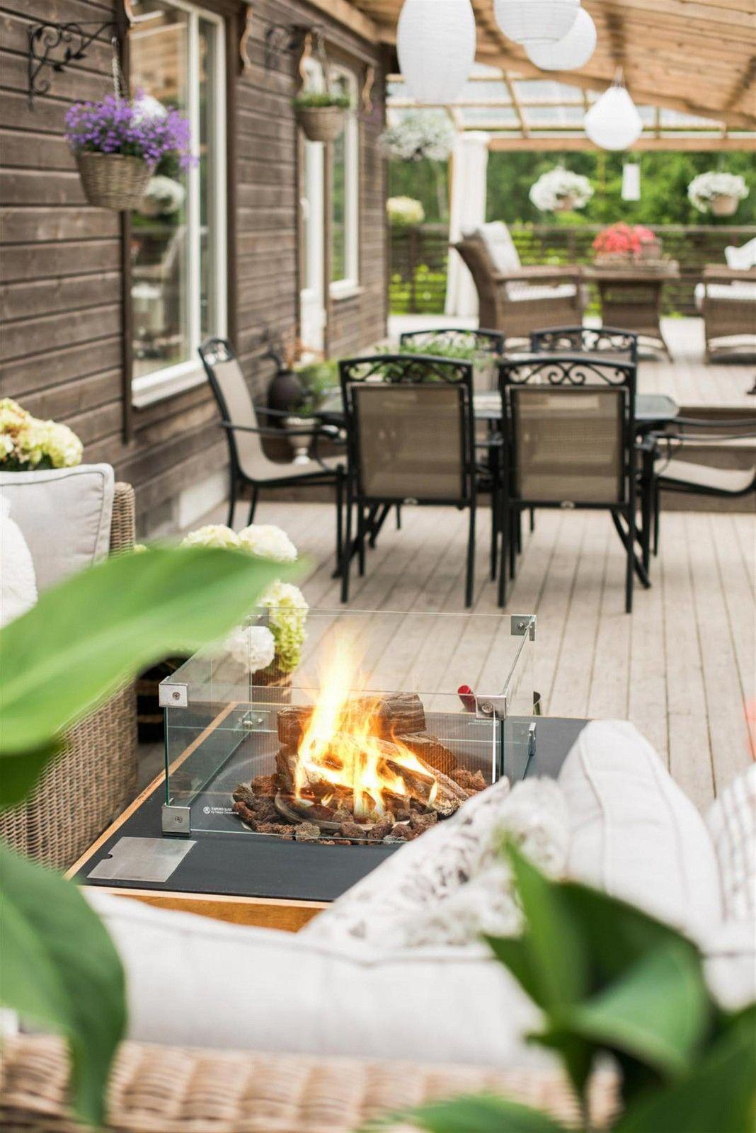 веранда садовая мебель деревянный настил биокамин