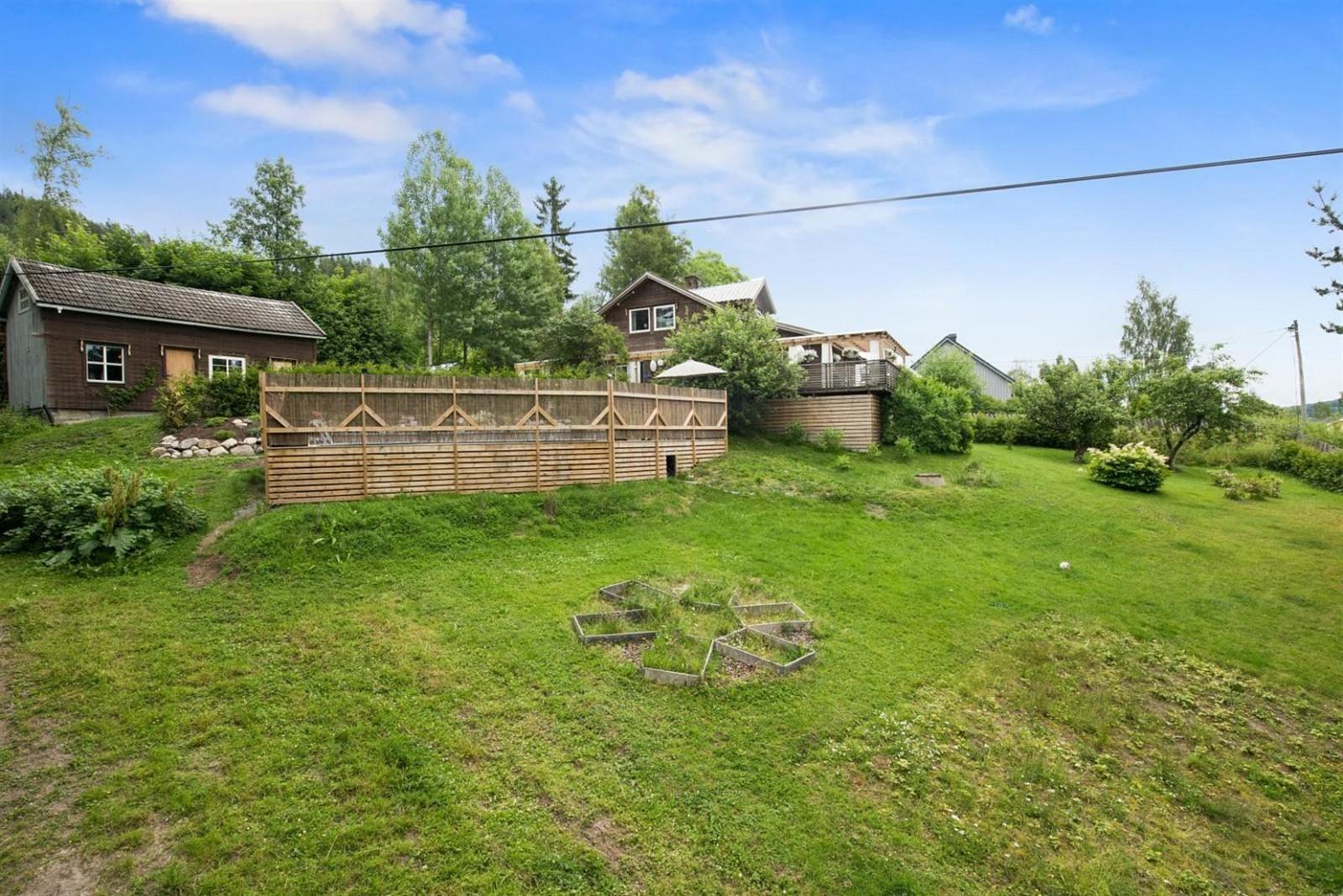 загородный дом газон забор