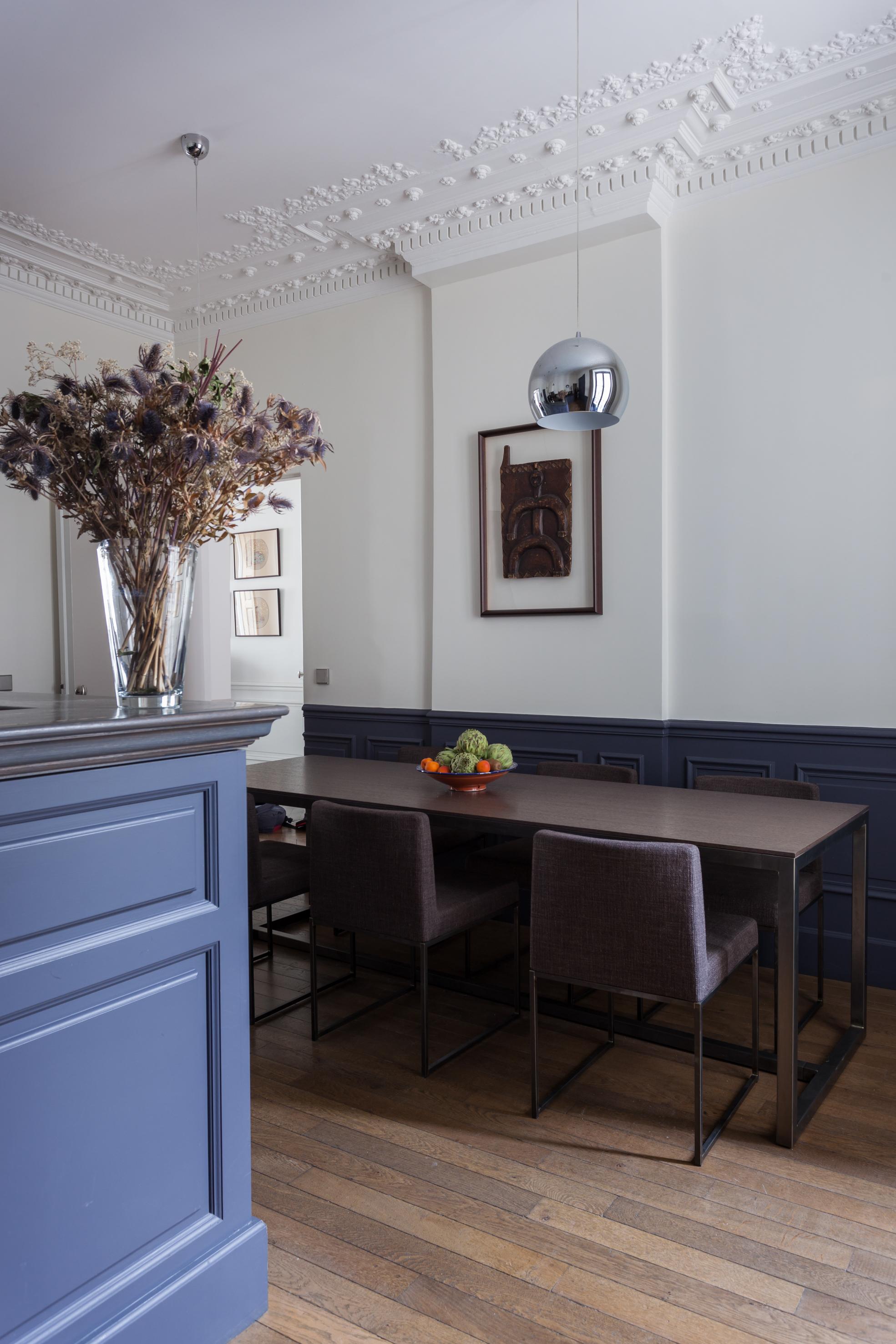 кухня стеновые панели лепнина обеденный стол