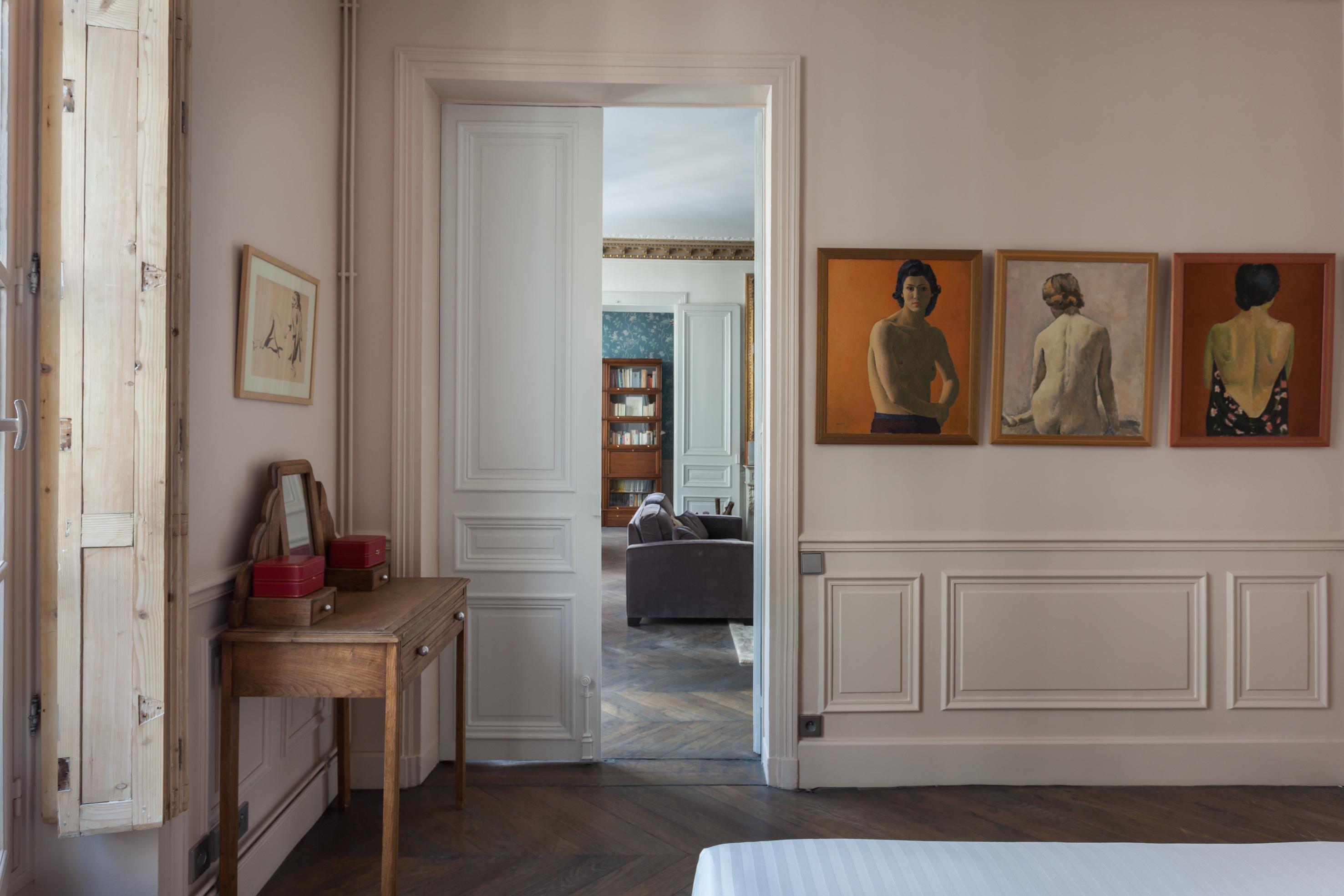 белые стены паркет стеновые панели молдинги картины консоль раздвижная дверь высокий потолок