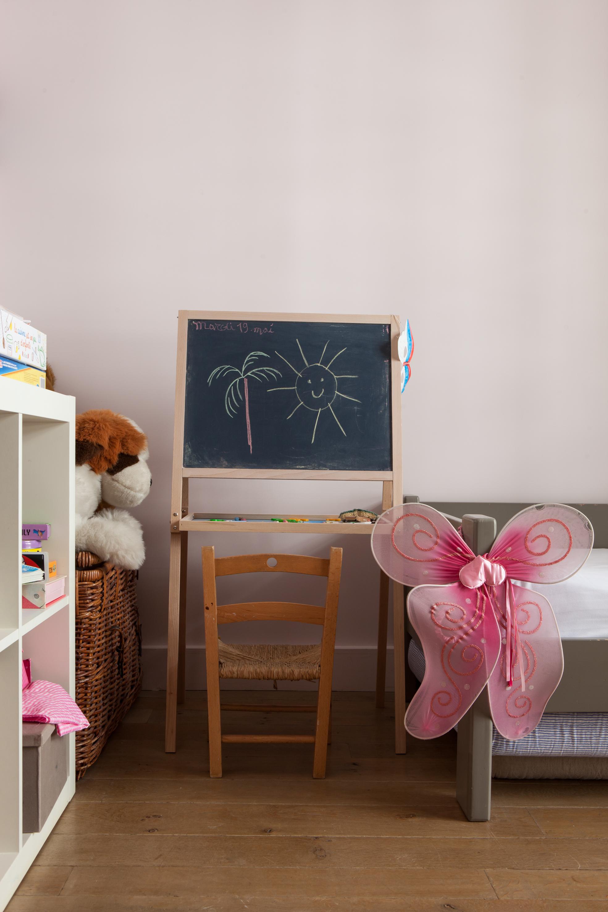 детская комната меловая доска кровать