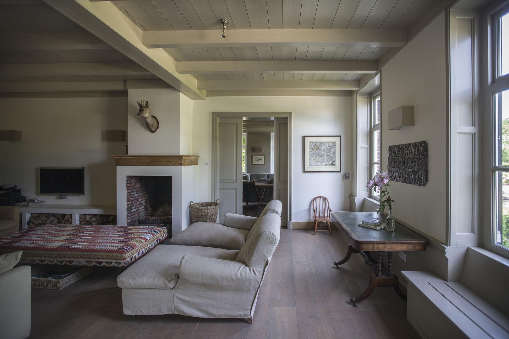 гостиная окна откосы деревянный пол диван столик камин потолок дерево балки