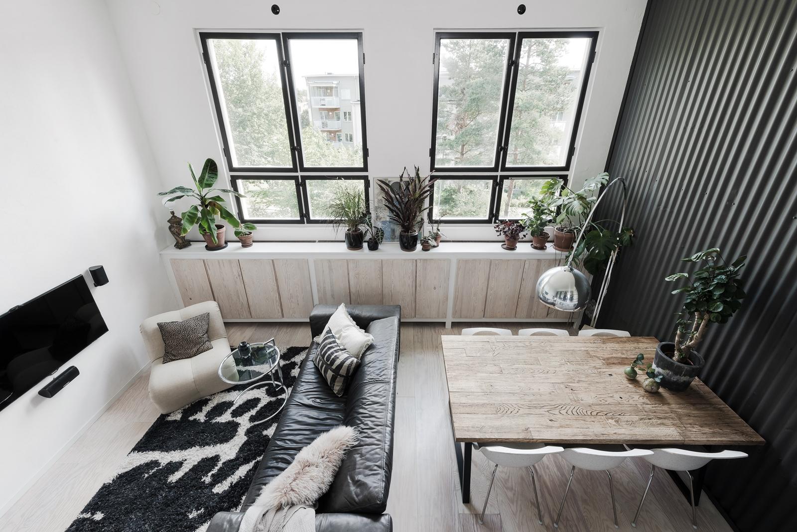 высокий потолок гостиная окна подоконник цветы стол стулья
