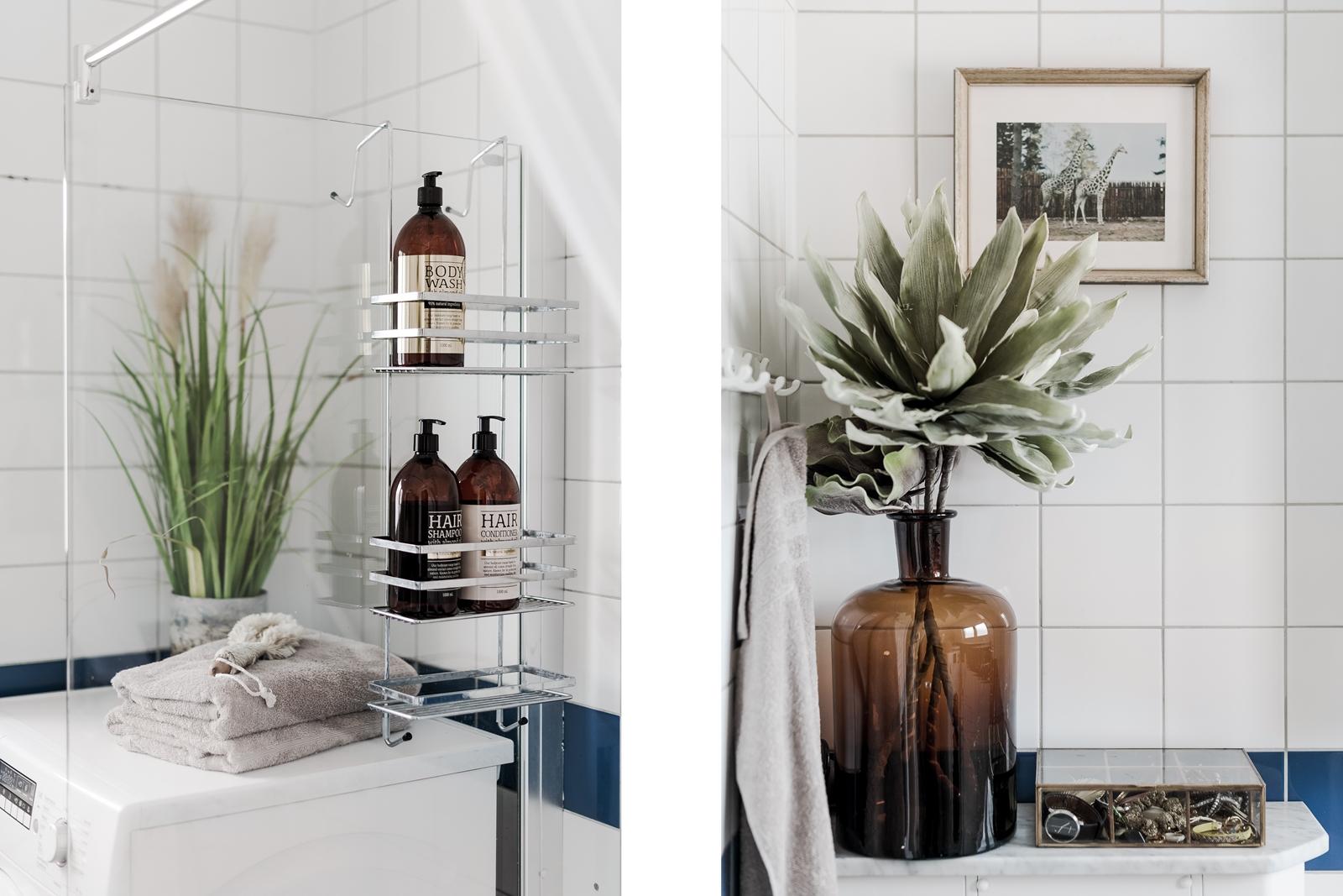 санузел белая плитка душ стекло полки стиральная машина ваза