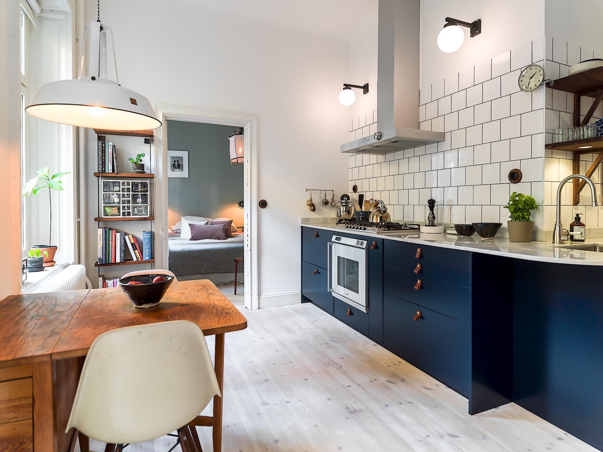кухня деревянный сосновый пол кухонная техника