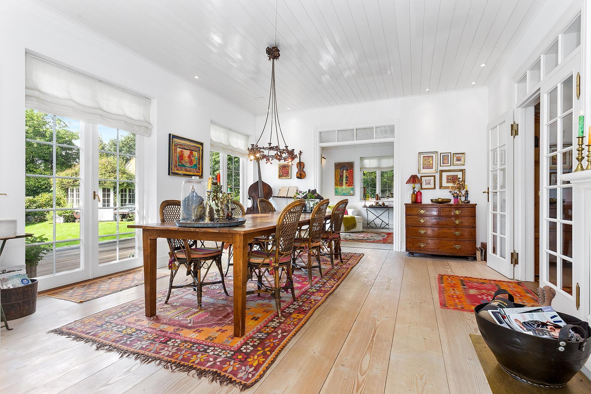 кухня обеденный стол стулья деревянный пол французские двери