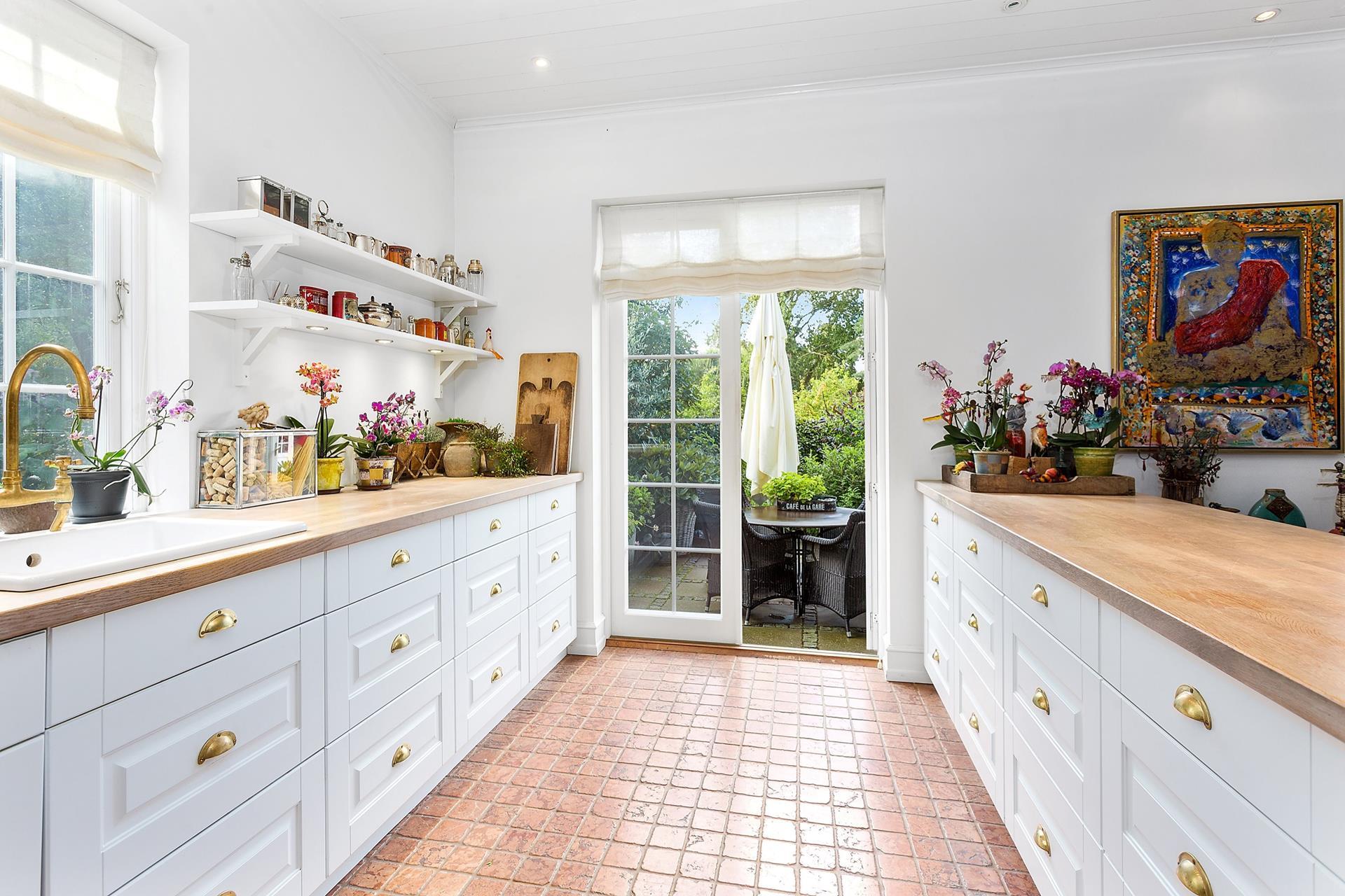 кухня белые фасады кухонный остров полки с подсветкой французские двери