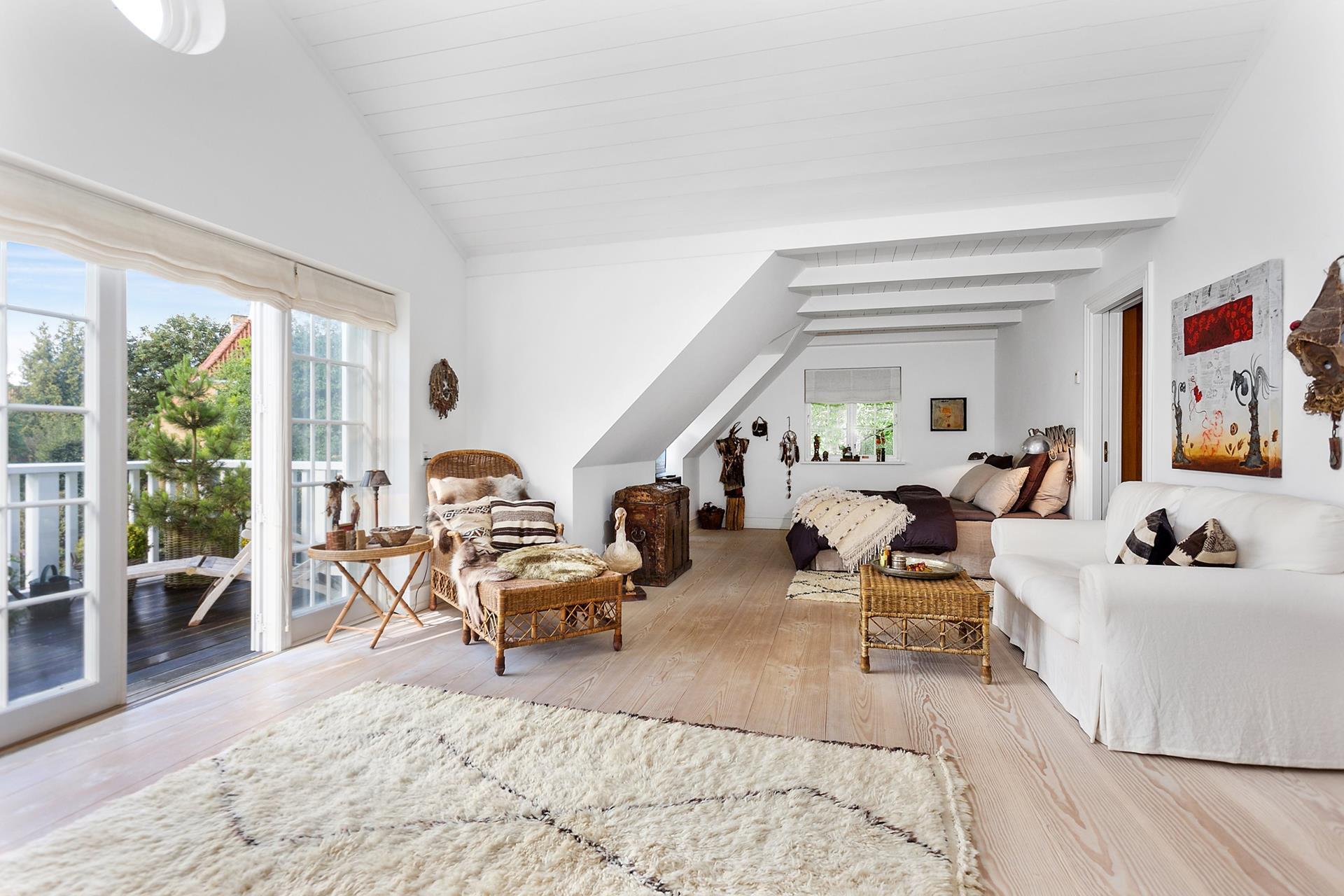 спальня балкон ковер деревянный пол мансарда