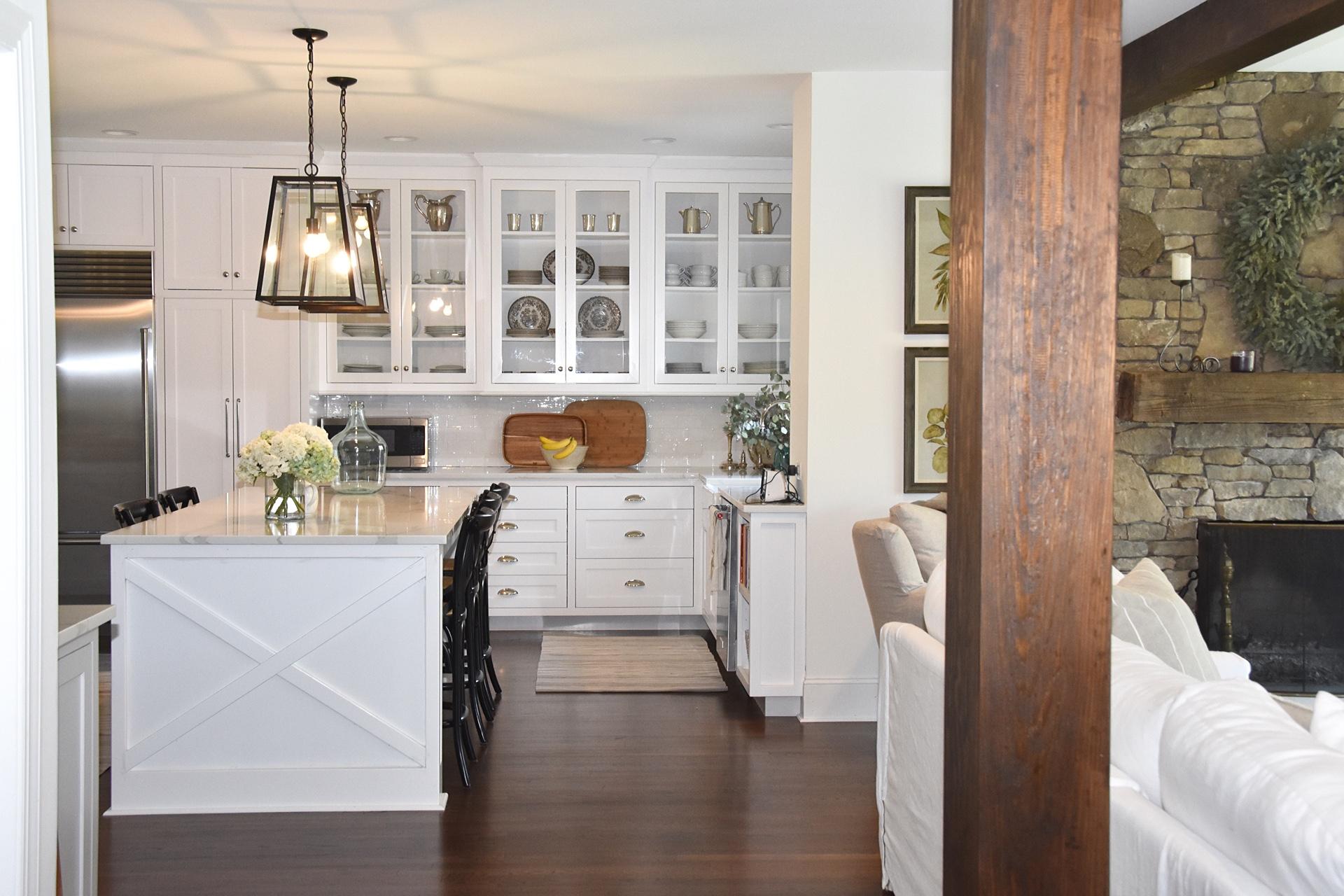 гостиная кухня белые стены деревянный пол кухонный остров белые фасады балки