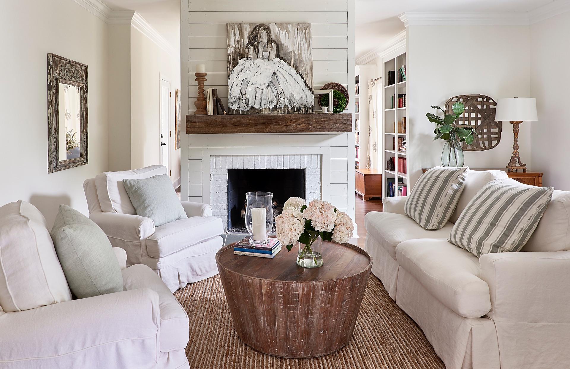 камин мягкая мебель лстолик ваза цветы свечи