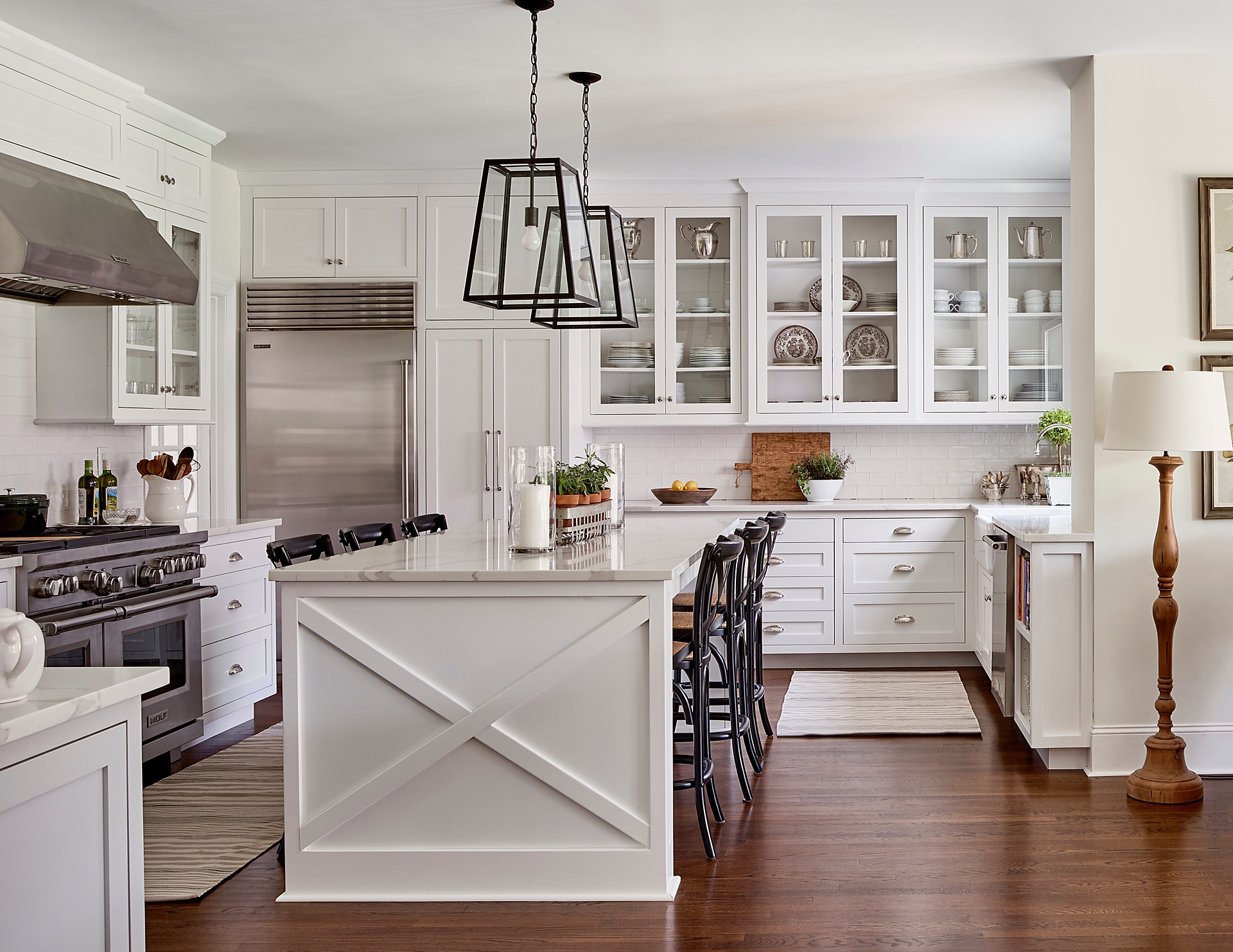 кухня белые фасады кухонный остров плитка кабанчик ретро плита вытяжка холодильник