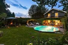 загородный дом терраса вечерняя подсветка бассейн газон