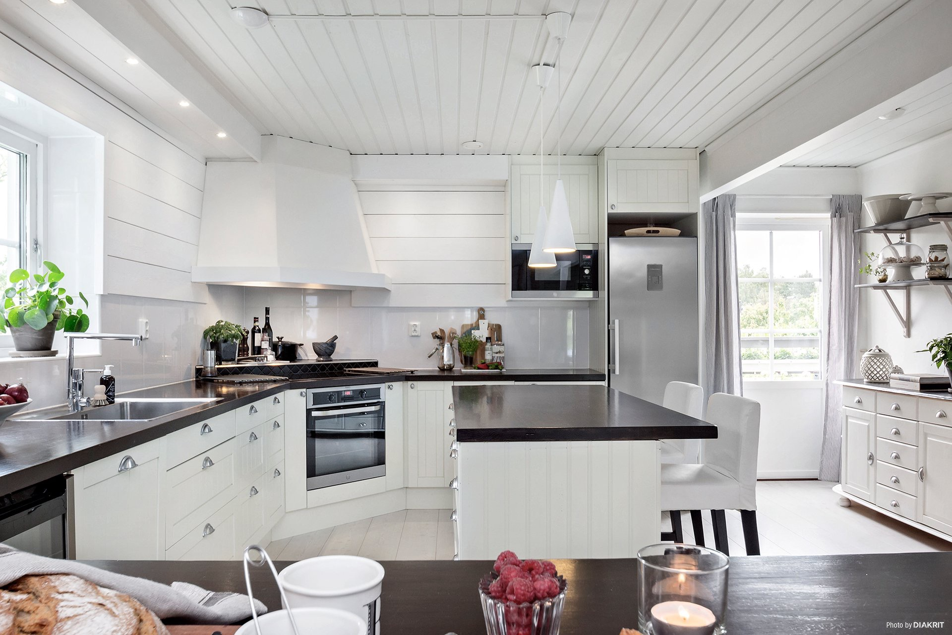 белая кухня варочная панель духовка вытяжка купол холодильник микроволновая печь