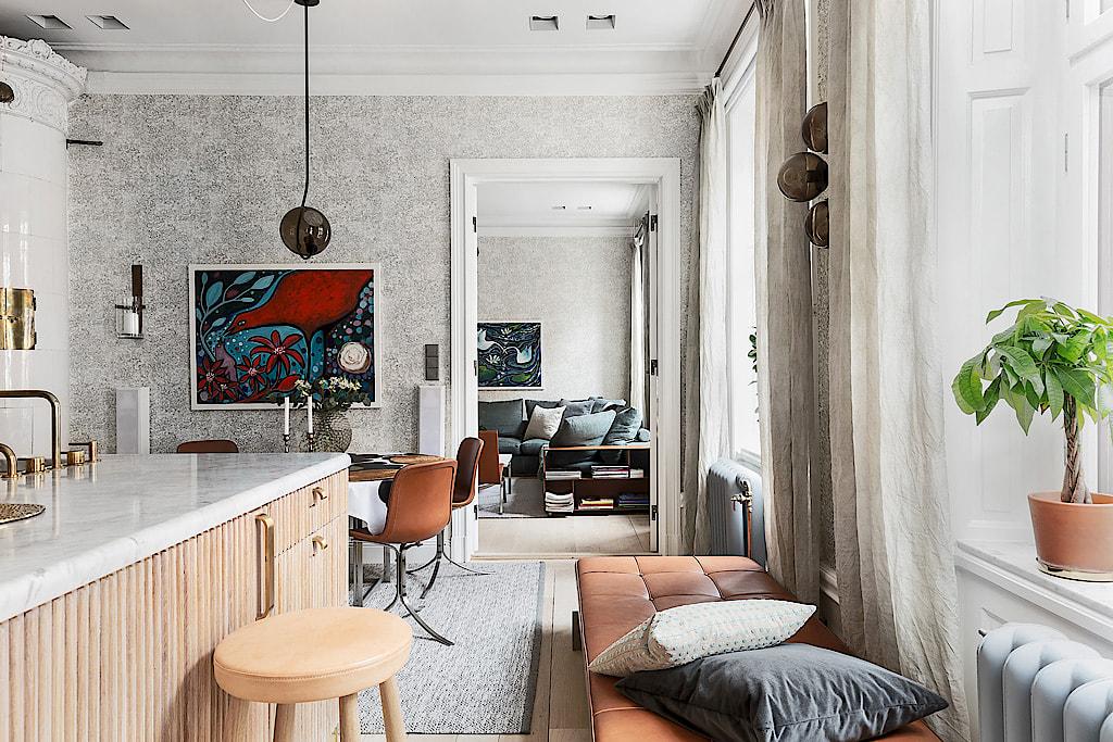кухня скандинавская печь обеденный стол стулья кушетка окна шторы