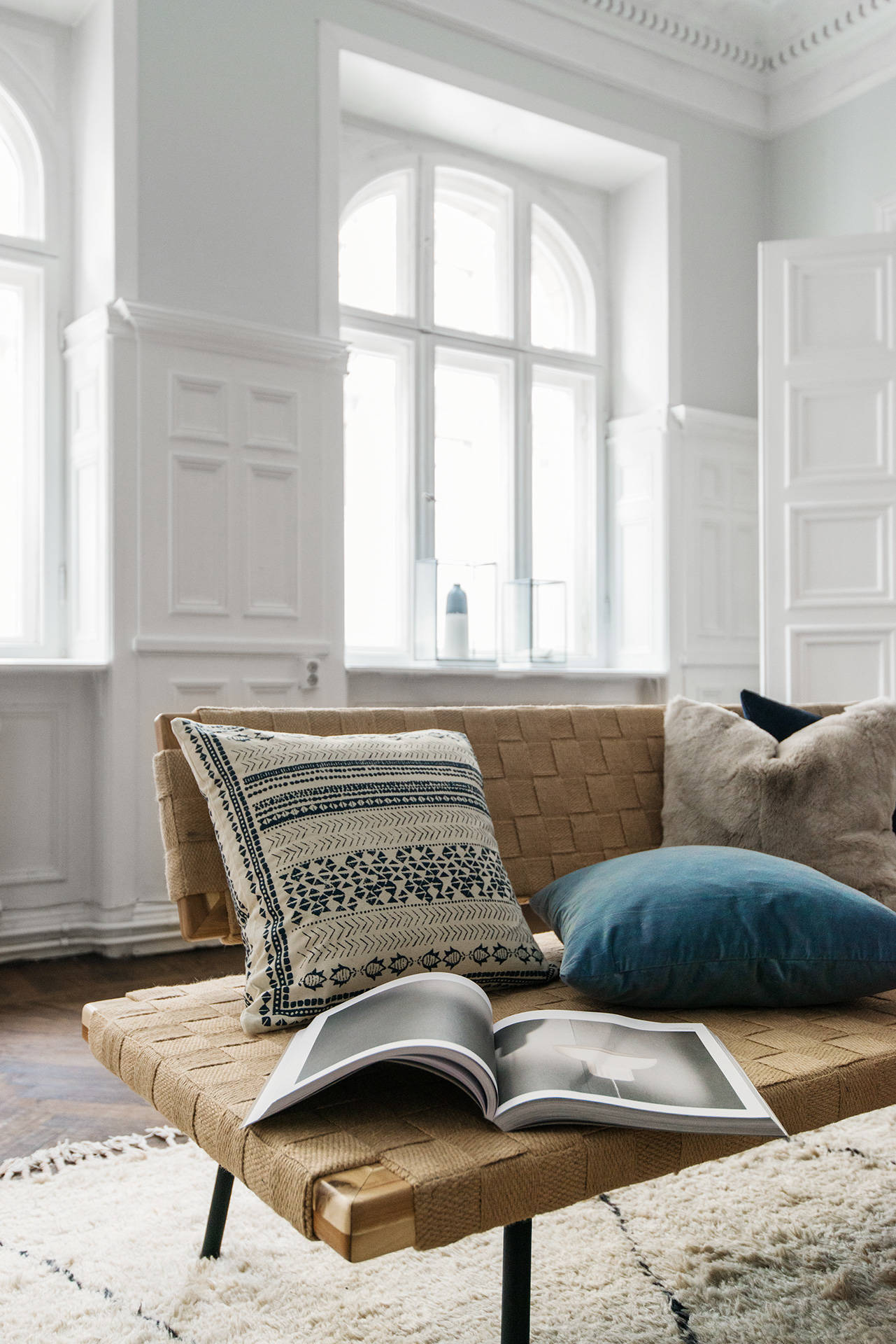 гостиная окна лепнина стеновые панели подоконник