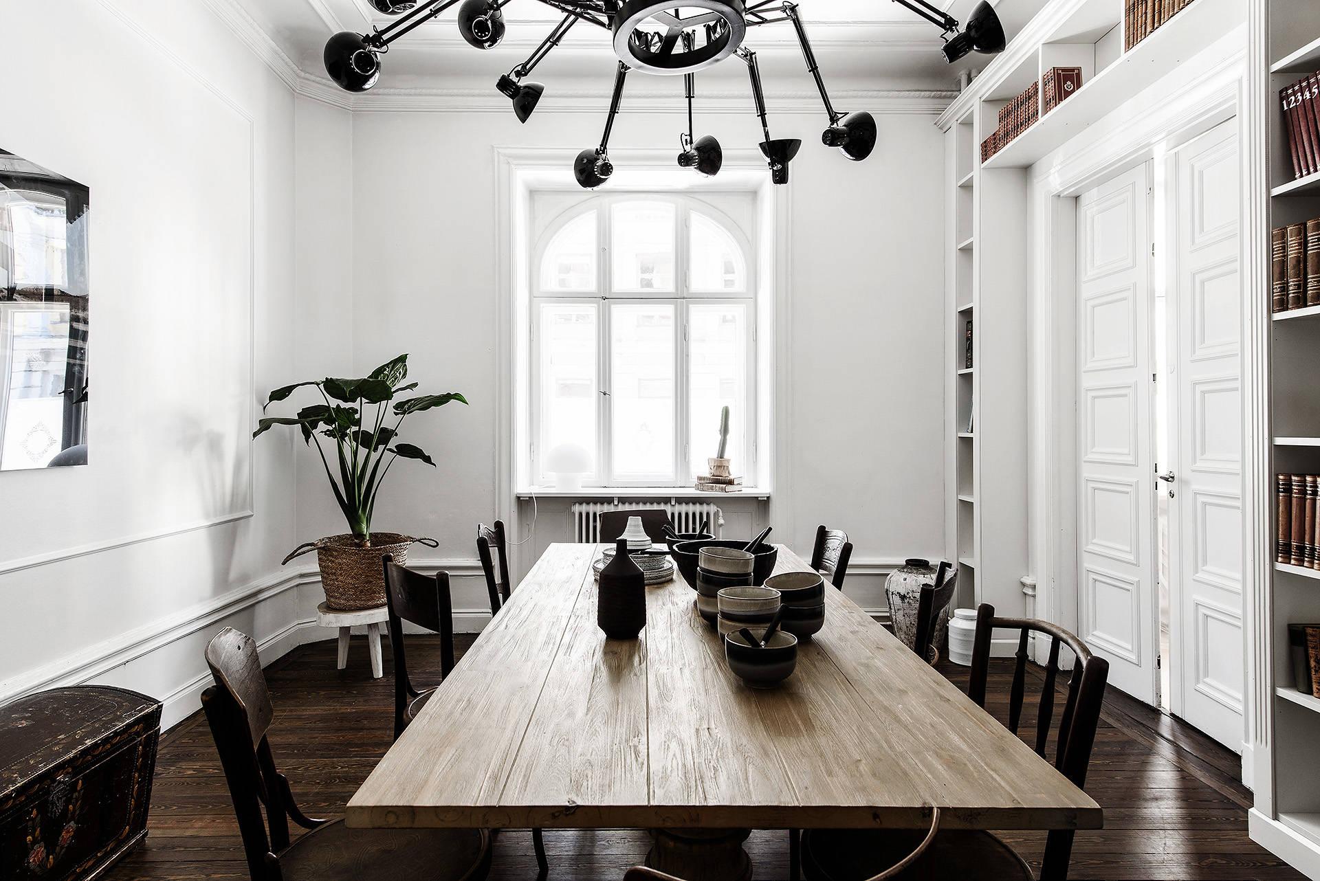 обеденный стол стулья лампа Dear Ingo окно плинтус