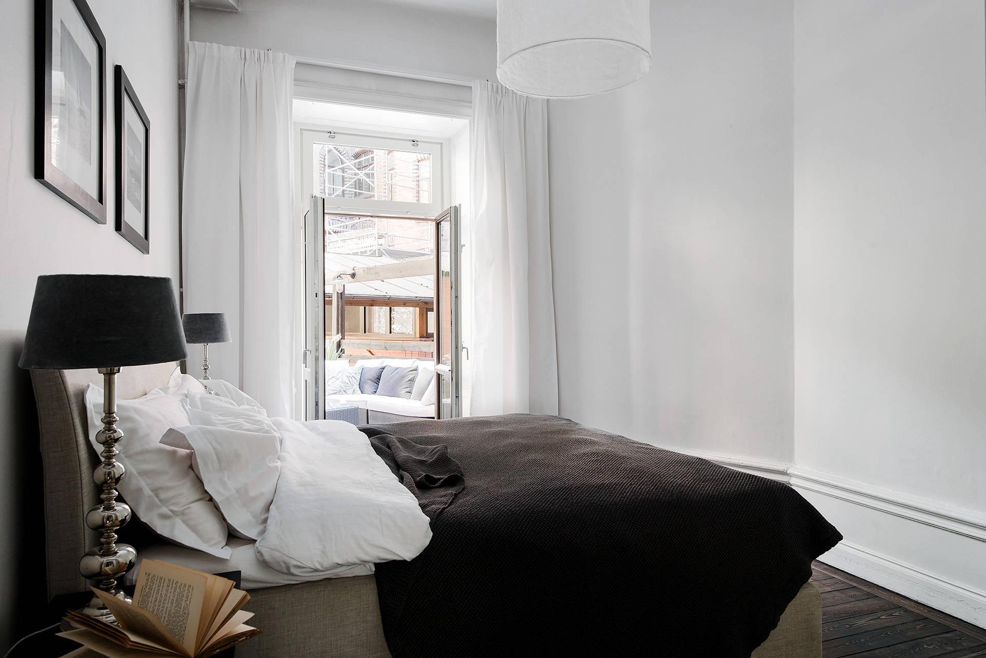 спальня белые стены кровать