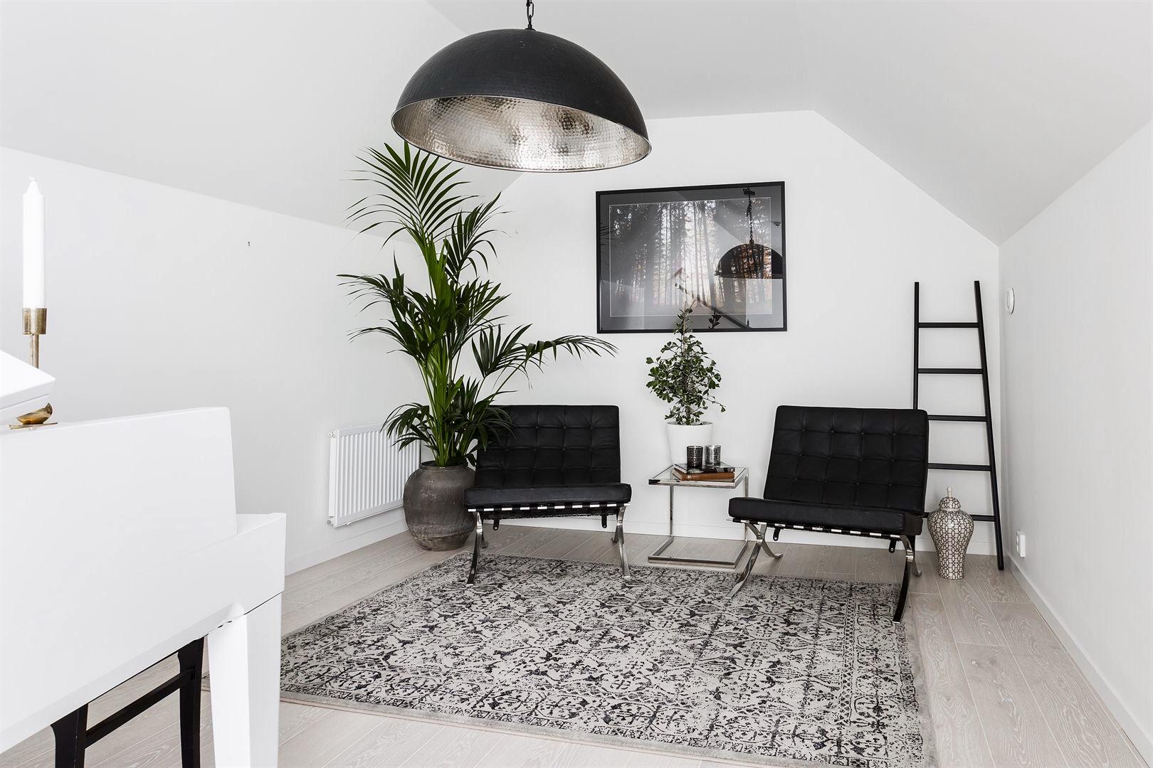 комната антресоли рояль кресла ковер лесенка люстра