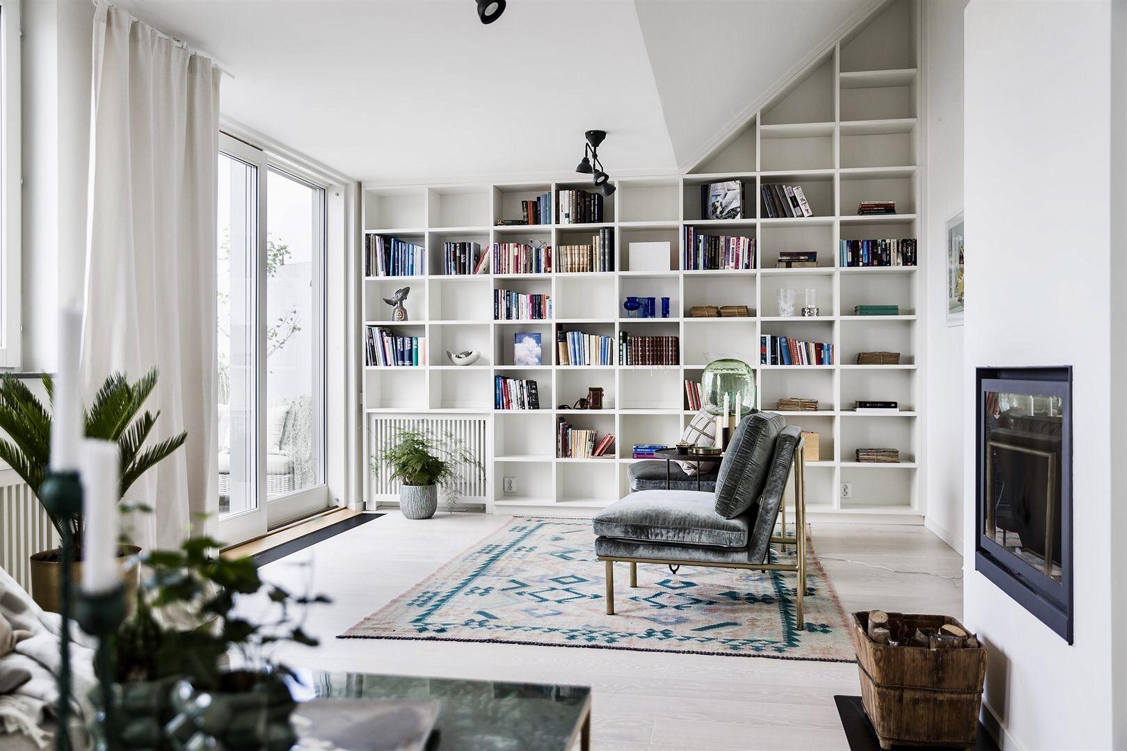 гостиная мансарда высокий потолок книжный шкаф стеллаж