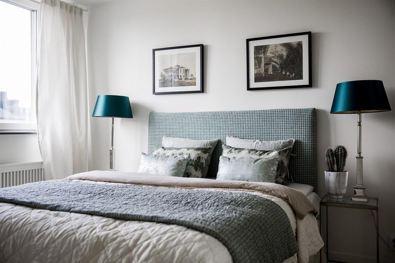 спальня кровать изголовье текстиль подушки прикроватные столики лампы