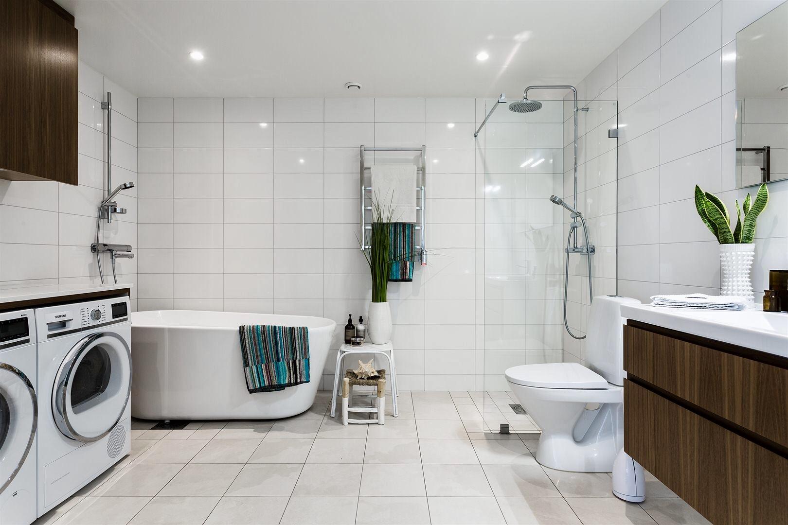 ванная комната санузел полотенцесушитель ванна душевая кабина трап раковина комод зеркало столешница стиральная сушильная машина