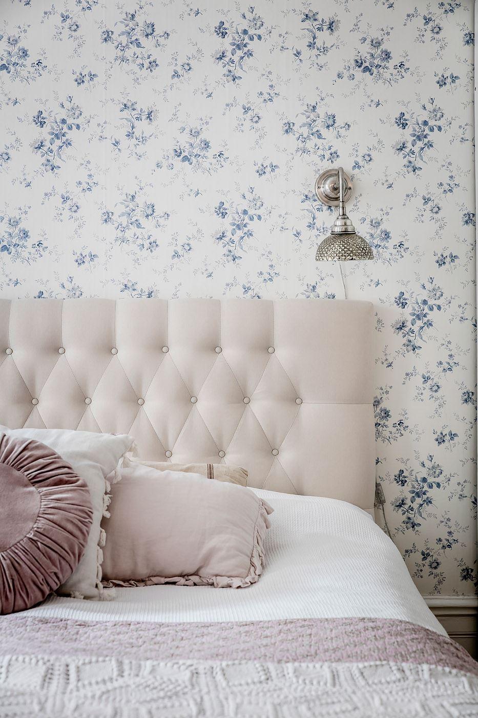спальня кровать изголовье подушки обои