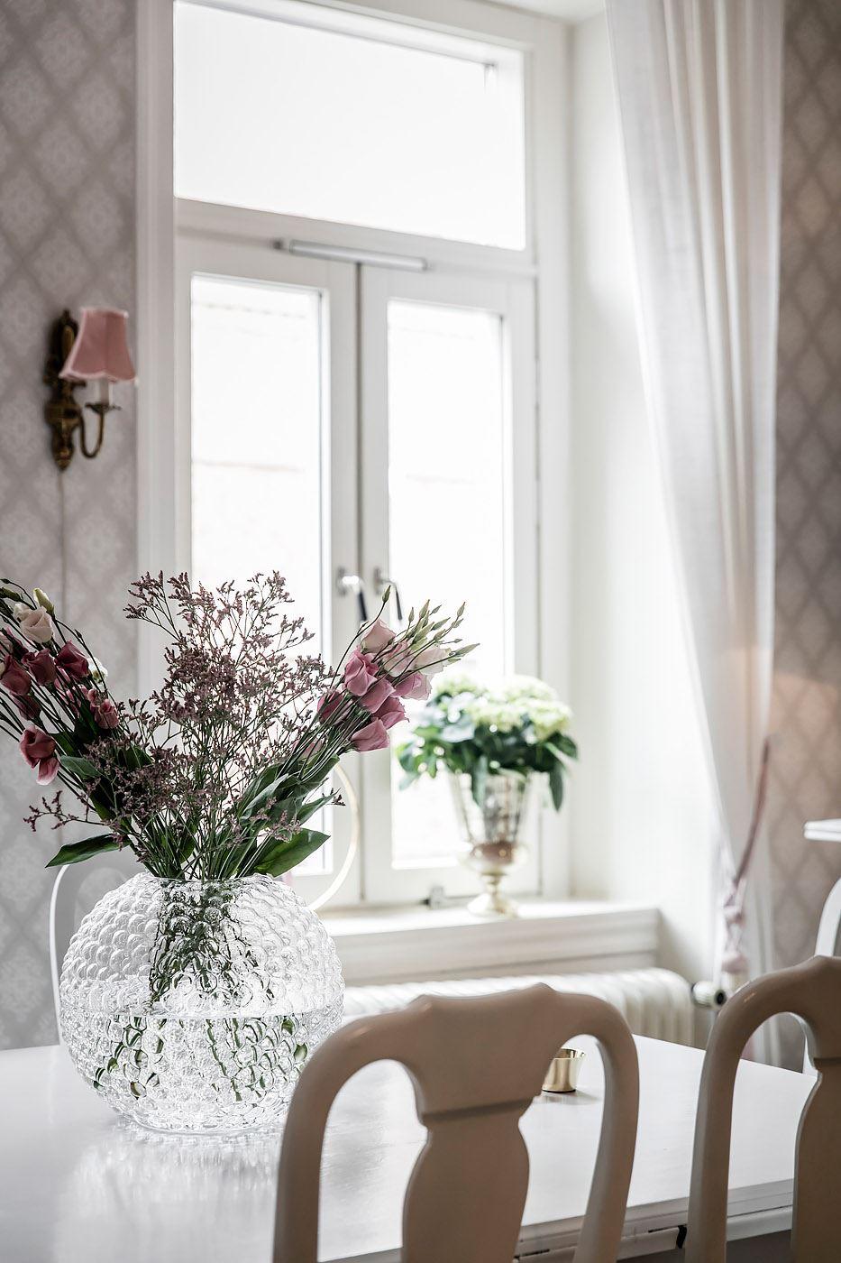 окно подоконник стол ваза цветы