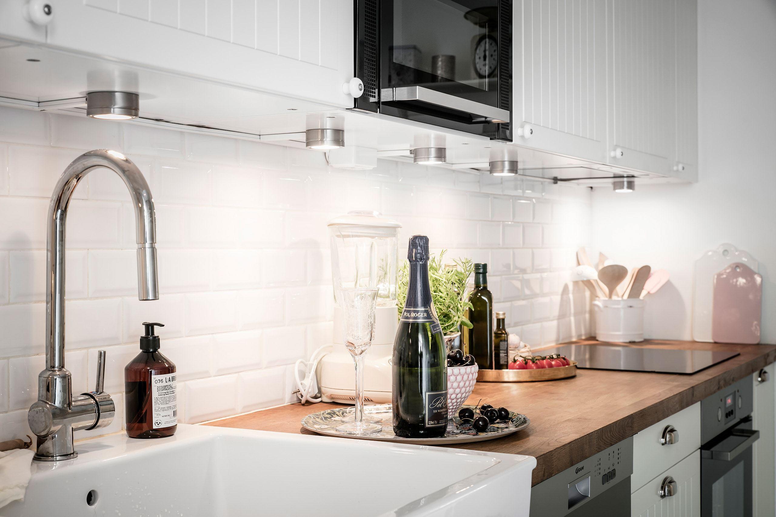кухонная мебель подсветка столешница накладная мойка смеситель плитка кабанчик варочная панель