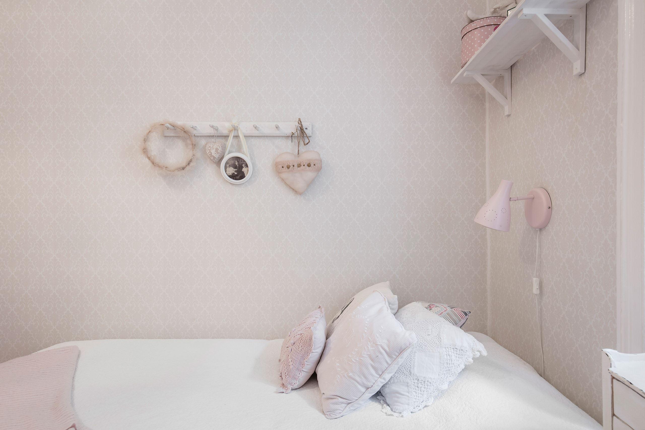 детская кровать текстиль подушки светильник